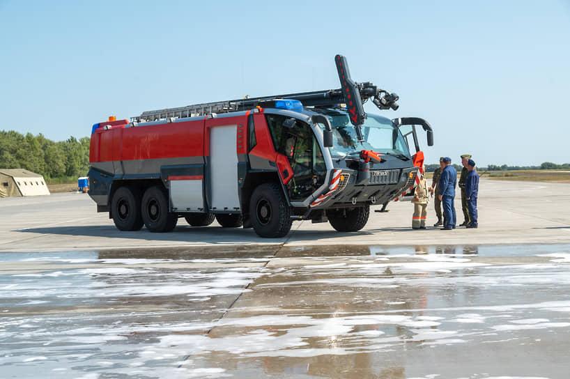 Военные пожарные у автомобиля «Пантера» после ликвидации условного загорания бомбардировщика