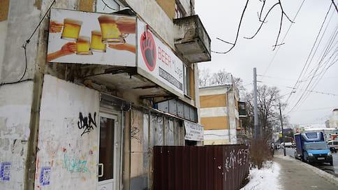 Неправильная реклама  / Мэрия Ярославля убирает с улиц города несогласованные рекламные конструкции и вывески