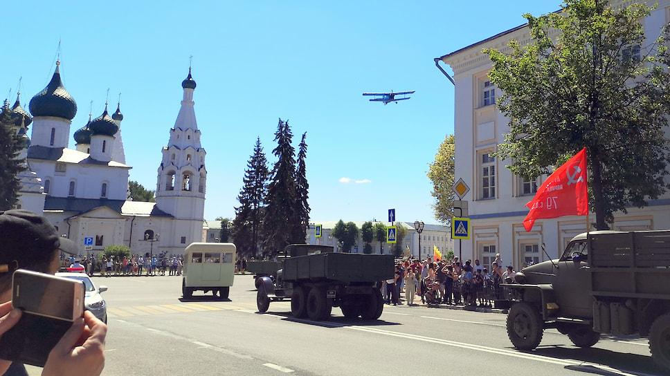 Колонна-ретро-автомобилей выходит на Советскую площадь