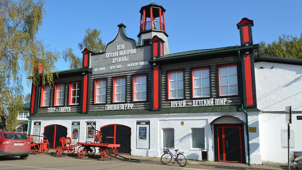 Вывески и оформление зданий в селе стилизованы под XIX век