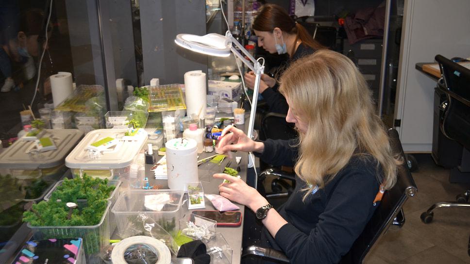 Мастера художественных макетов работают над новой миниатюрой