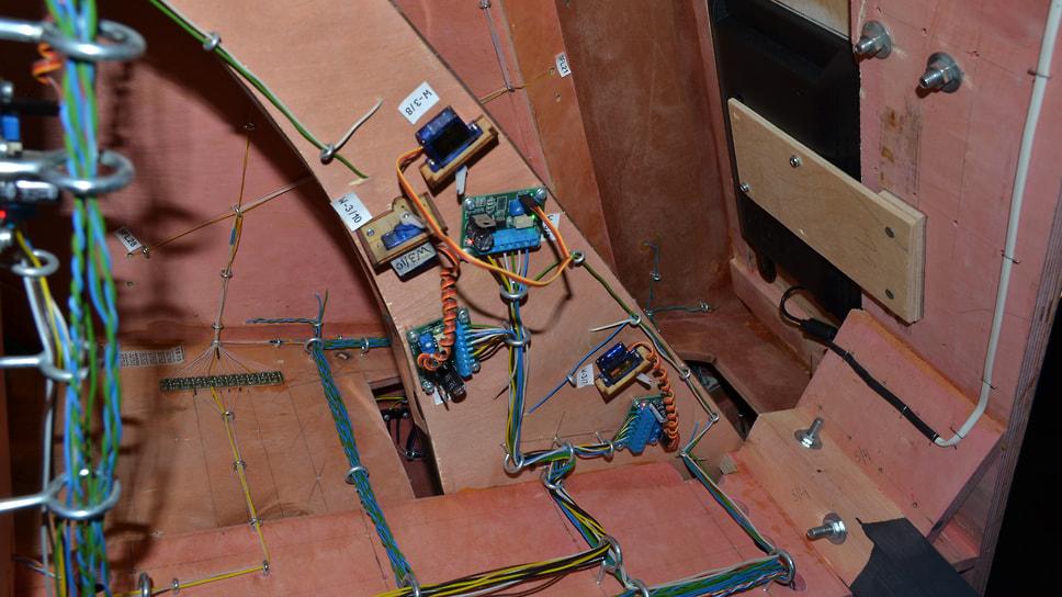 Жгуты проводов и электронные блоки — так выглядит макет изнутри