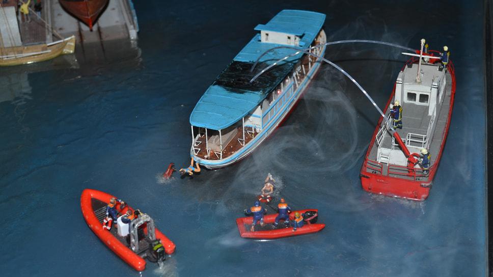 Пожарный расчет борется с огнем на прогулочном кораблике