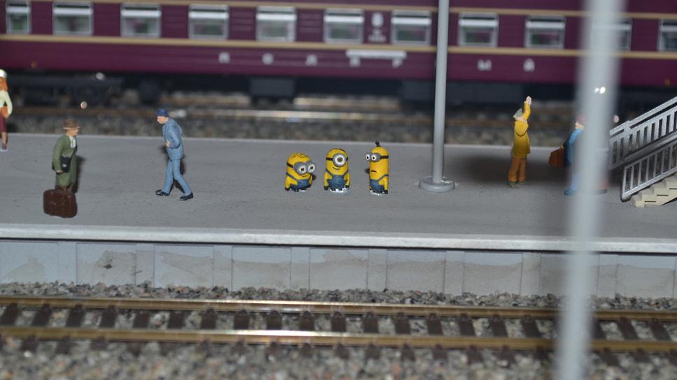 Миньоны дожидаются прибытия поезда