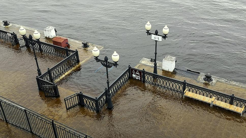 Затоплены ступени спуска к воде на Волжской набережной.