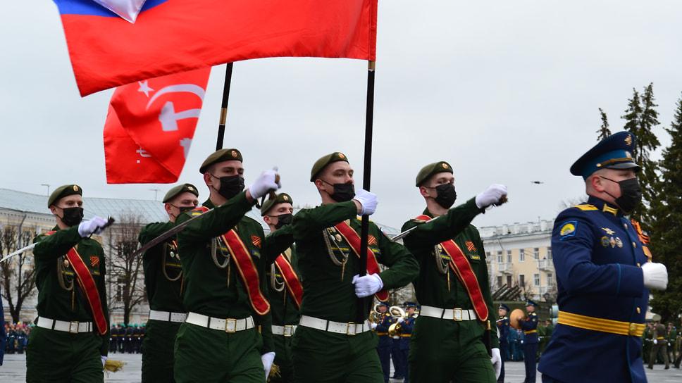 Вынос флага Российской Федерации и Знамени Победы.