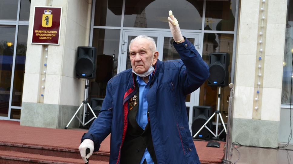 Герой Великой Отечественной войны Леонид Мальцев поднимает руку, когда называют его имя и военные награды.