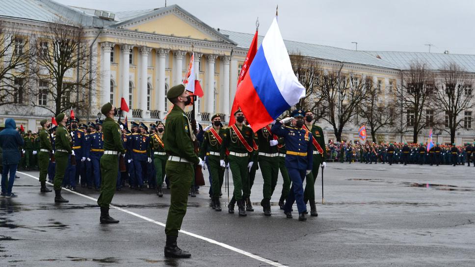 Вынос флага России и знамя Победы.
