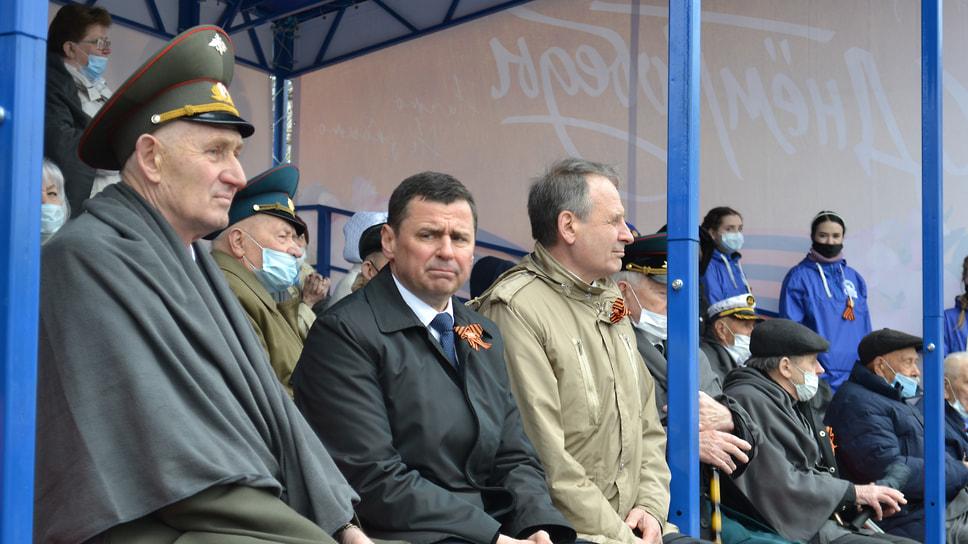 Губернатор Ярославской области Дмитрий Миронов вместе с председателем регионального парламента Михаилом Боровицким и ветеранами войны.