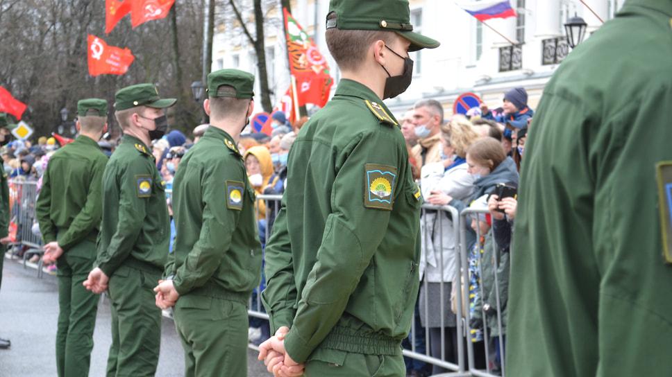 Курсанты военного училища стоят по периметру площади для сохранения порядка по время парада.