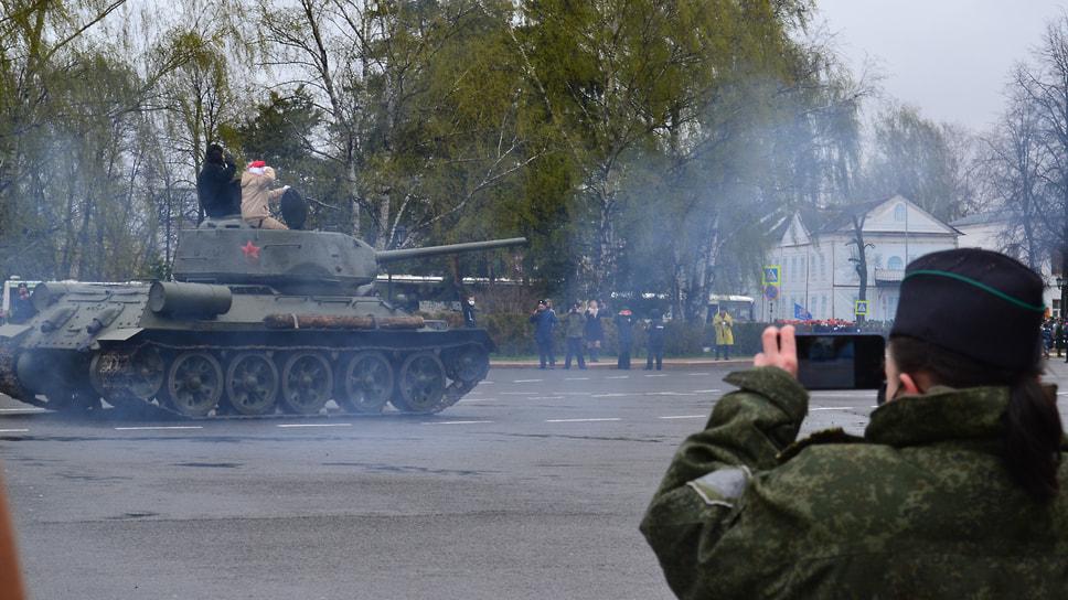 Парад продолжила военная техника. На фото легендарный танк Т-34-85.