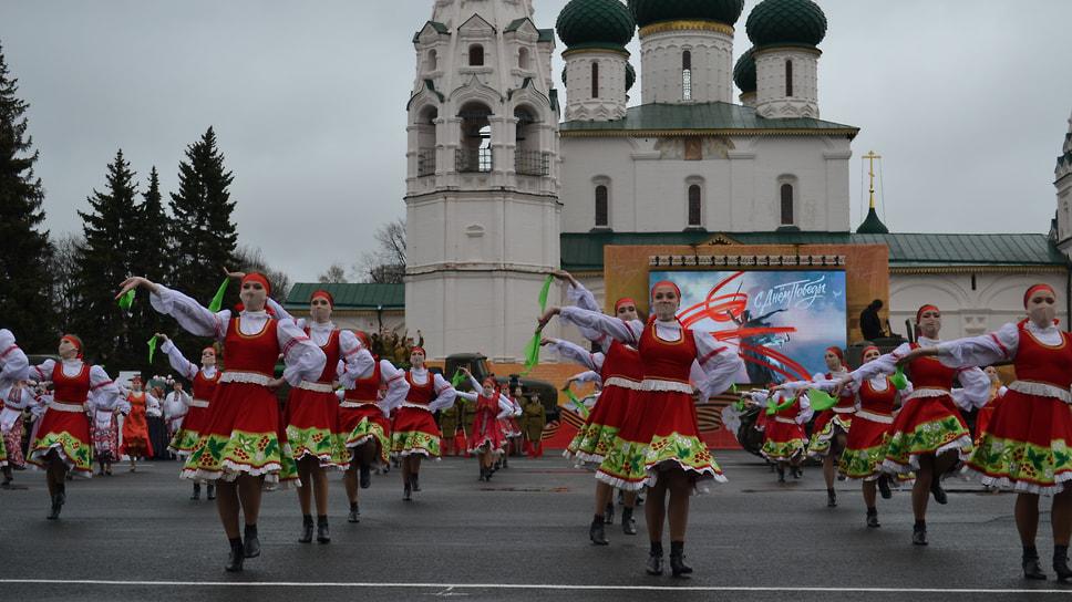 Исполнение танца под песню «Катюша».