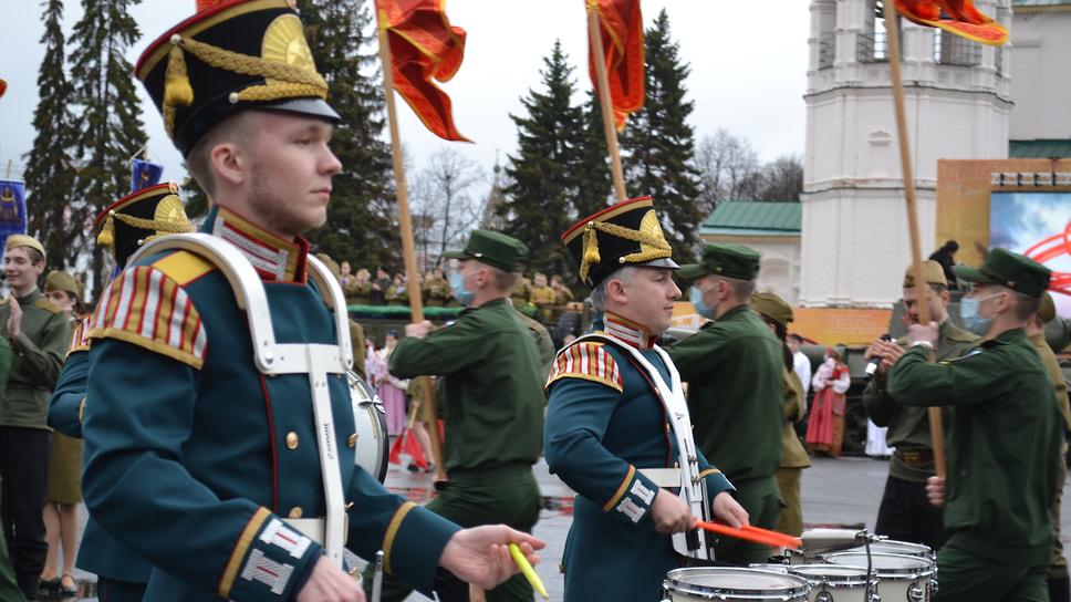Театрализованное представление сопровождалось музыкальным оркестром.