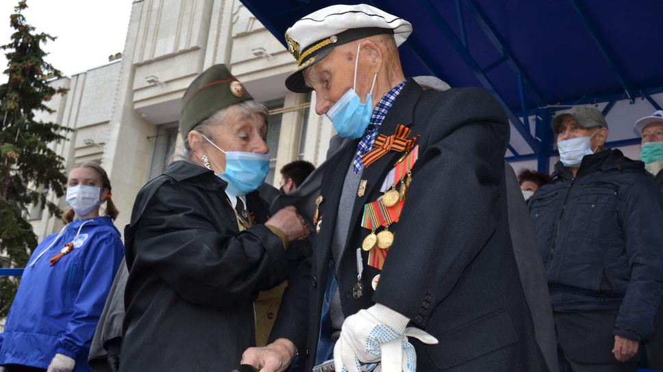 На площади заиграл гимн России и ветераны поднялись со своих мест и сняли куртки, закрывавшие медали и знаки отличия.