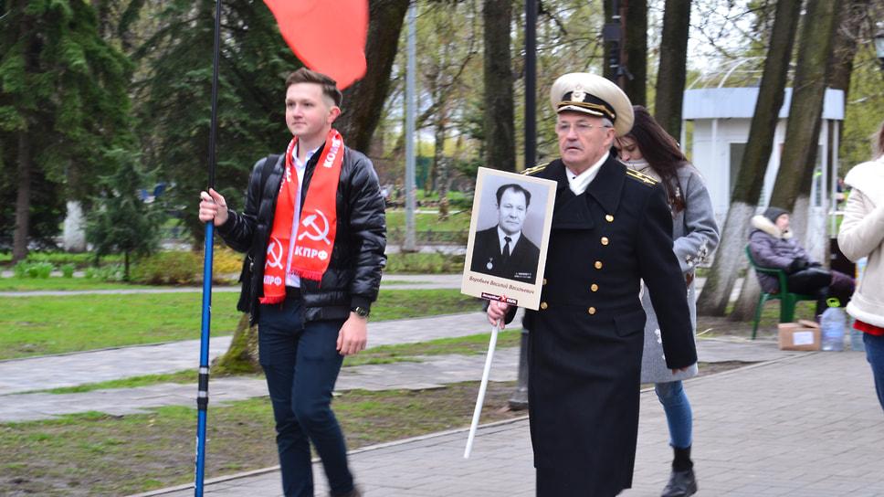 Ярославцы устроили своеобразный «Бессмертный полк», неся с собой таблички своих героев–родственников.