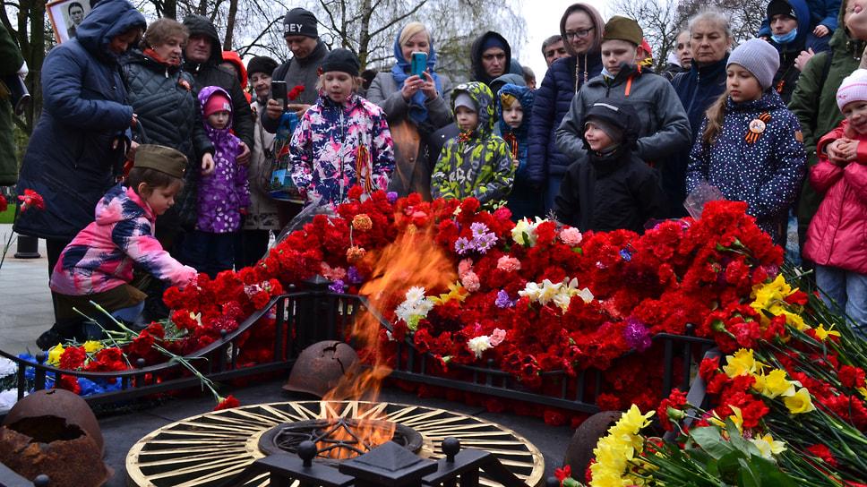 Жители и гости города Ярославля возложили цветы к Вечному огню.