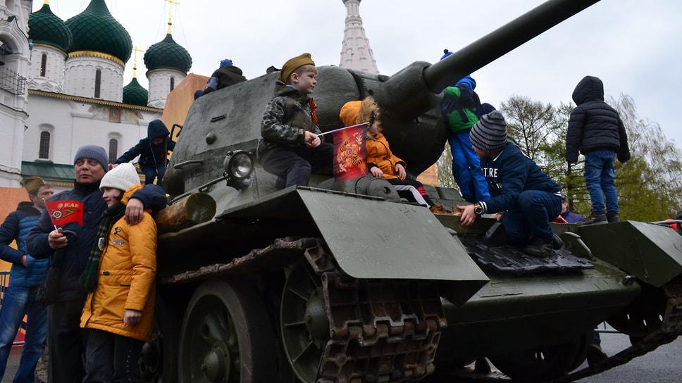 Программа на Советской площади завершилась выставкой военной техники.