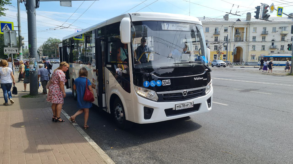 Автобус №7, следующий по маршруту «Красный Перекоп – ЯМЗ» изменился, теперь он курсирует по маршруту «Ул.Гудованцева – 15 МКР». Люди разбираются между собой, что поменялось и как он едет.