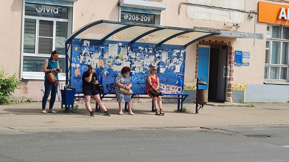Жители Ярославля ожидают транспорт. Помогающих волонтеров, сотрудников мэрии и стендов с информацией нет.