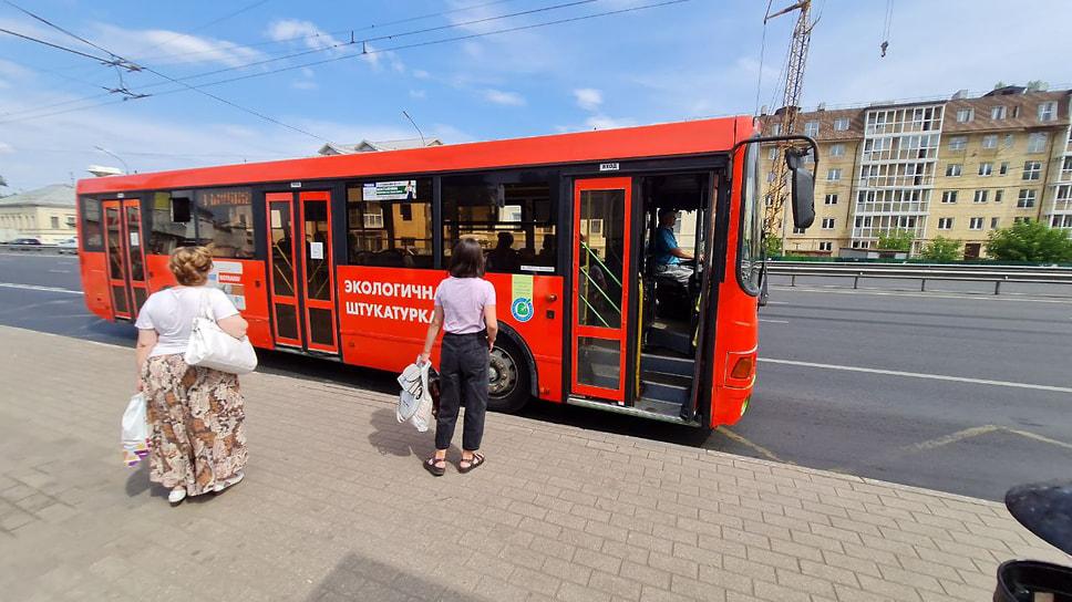 Ярославна, желавшая уехать с остановки «Выемка» на Московском проспекте во Фрунзенский район, рассказала, что не может понять на какой автобус нужно сесть. «Не могу понять на какой автобус сесть. Может была где-то информация о маршрутах, но я не внимательно смотрела. Они же недавно все это придумали, еще не успели предупредить всех. Я все понимаю, пусть они работают, все у нас будет хорошо. Москва тоже не сразу строилась».