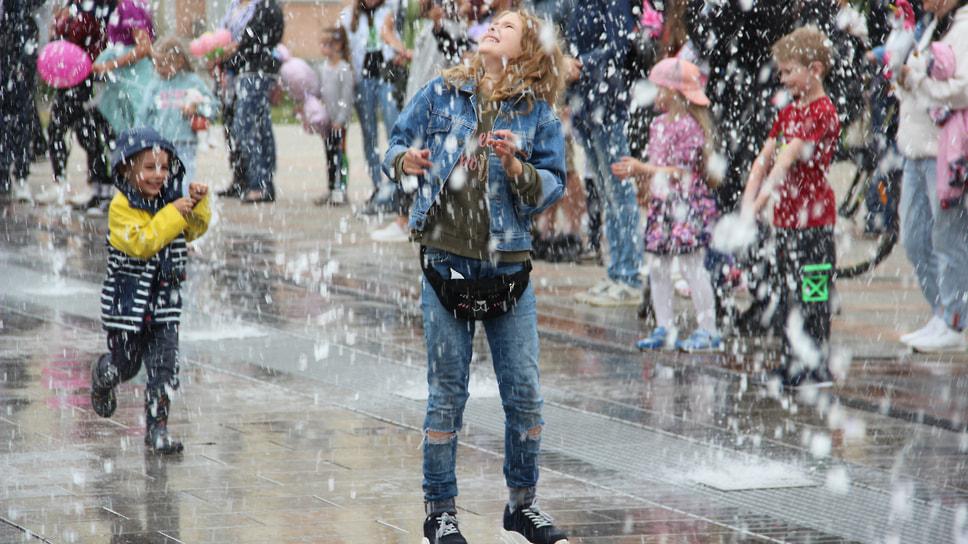 Девочка тестирует новый фонтан
