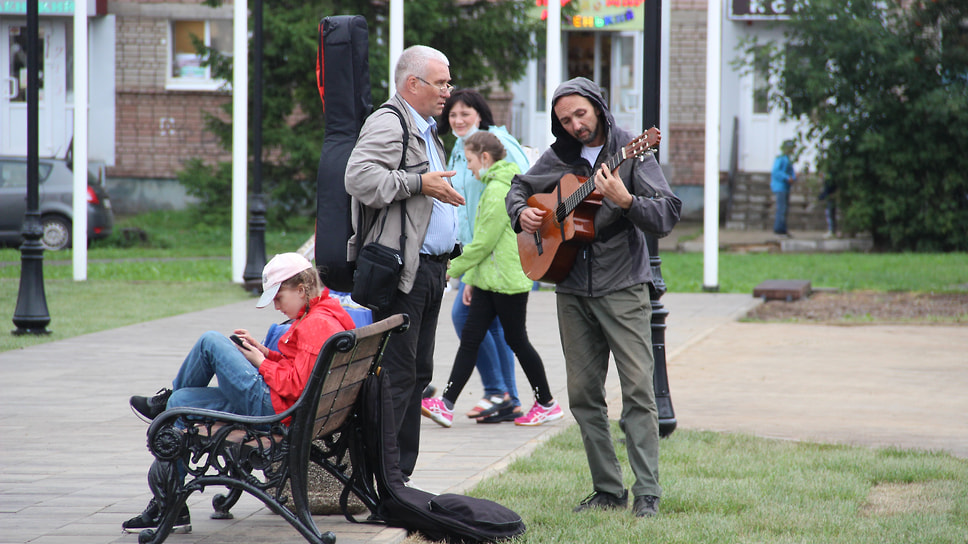 Музыканты настраиваются перед народной сценой