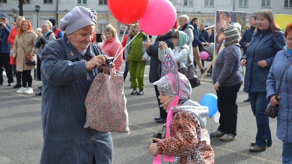 На протяжении всего дня на Советской площади громко играла музыка и пели артисты