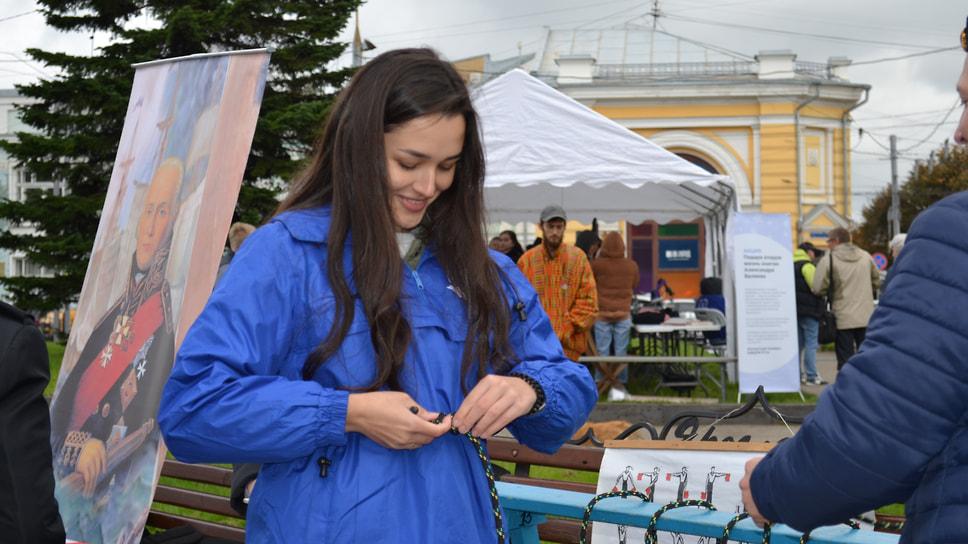 Площадь Волкова, «Территория науки». Девушка учится завязывать морской узел