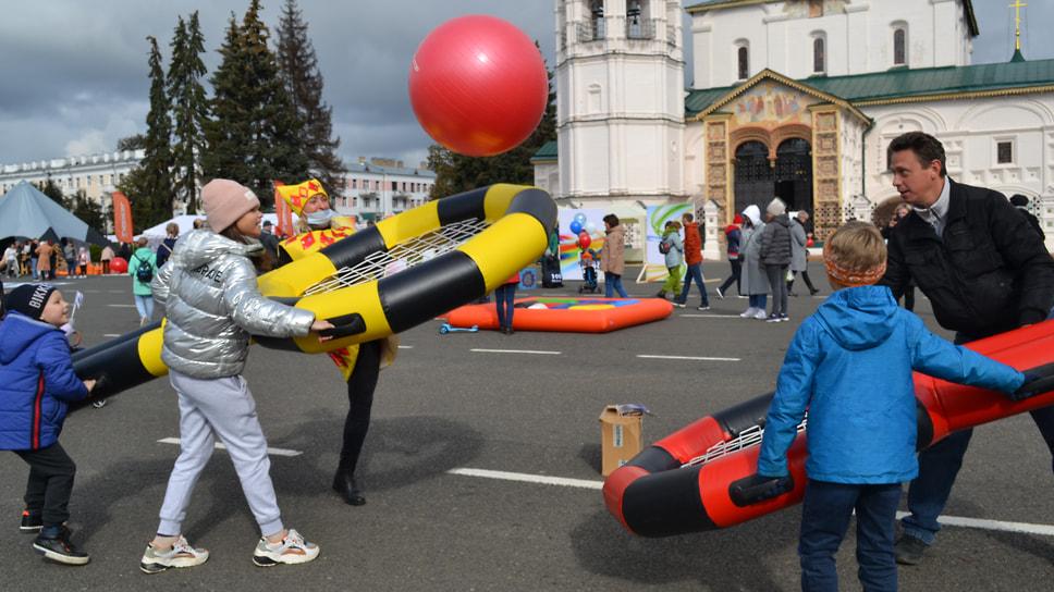 Семья играет в гигантский бадминтон на Советской площади