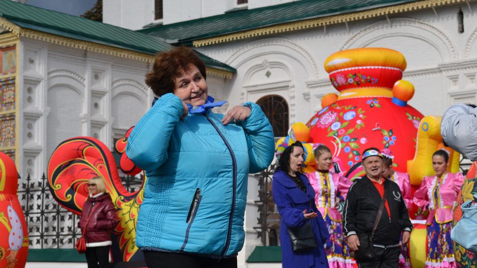 Советская площадь. Выступление под песню Эдуарда Хиля «Хмуриться не надо, Лада»