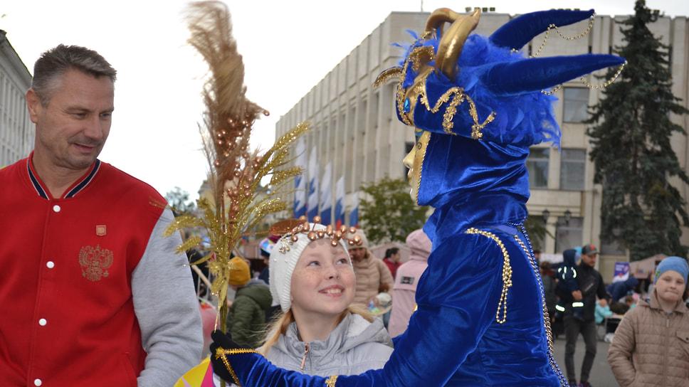 Девушка в маскарадном костюме «Домино» обнимает юную ярославну, а после подарит ей «корону», которую держит за спиной