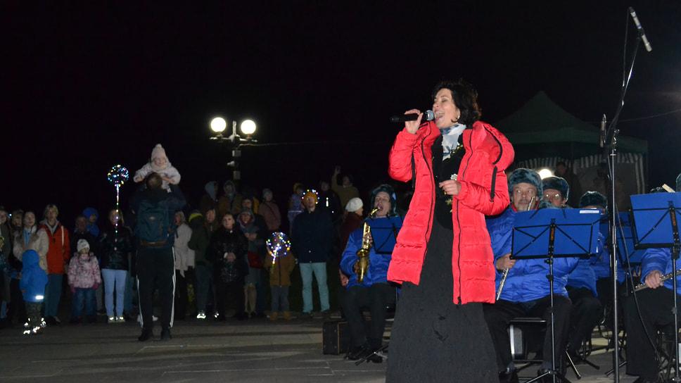 «Стрелка». Для ярославцев выступает муниципальный духовой оркестр. Во время съемки температура воздуха не превышала четырех градусов тепла