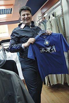 В стиле casualВасилий Гущин носит костюмы, но охотно примеряет в своем шоу-руме футболки