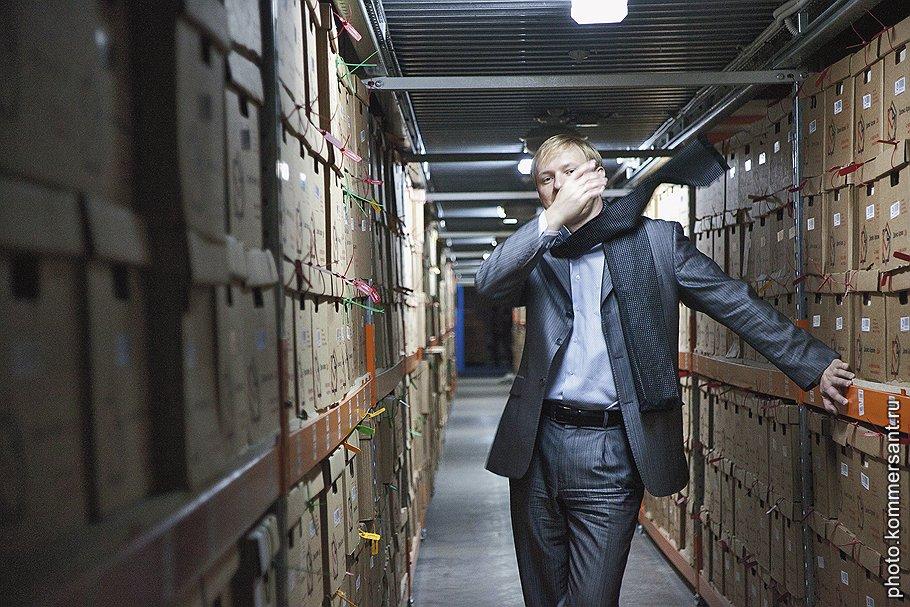 """<B>Денис Авдюшин,</B> генеральный директор компании """"Делис архив"""":<br>— Я думал, что для работы в архивной компании мне выдадут колпак и нарукавник, а вместо этого получил напальчник — переворачивать документы. Самым сложным в архивной работе оказалось монотонно нумеровать листы карандашом в правом верхнем углу"""