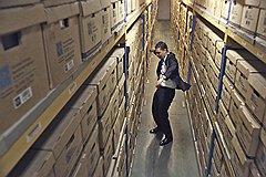 """Алексей Рыков, операционный директор """"ОСГ рекордз менеджмент"""":— На главной странице нашего сайта женщина в мини-юбке и черных туфлях на шпильке прикована цепью к серому ящику. Мы сознательно пошли на провокацию, чтобы показать: современный архив — это вовсе не тонны бумажной пыли"""