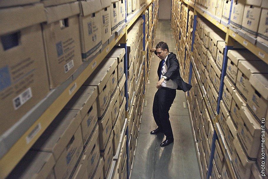 """<B>Алексей Рыков,</B> операционный директор """"ОСГ рекордз менеджмент"""":<br>— На главной странице нашего сайта женщина в мини-юбке и черных туфлях на шпильке прикована цепью к серому ящику. Мы сознательно пошли на провокацию, чтобы показать: современный архив — это вовсе не тонны бумажной пыли"""