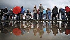Петербург на колесахПередвижение по городу сопряжено для инвалидов со множеством проблем. Препятствием для коляски могут стать не только ступени и бордюры, но даже небольшие желобки для стока воды