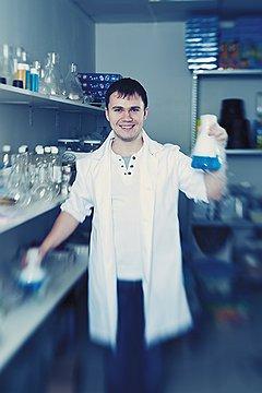 """Николай Ганайлюк, владелец """"Сумасшедшего профессора Николя""""Николай Ганайлюк ищет для своих шоу не химиков, а актеров. Но считать их аниматорами наотрез отказывается, возводя чуть ли не в ранг ученых. у особо талантливых зарплата достигает 100 тыс. руб. в месяц"""