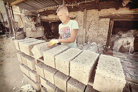 Полистиролбетон делается из смеси бетона и пенопласта — материала из белых шариков, в какой обычно упаковывают бытовую технику в магазинах