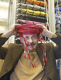 """С головой ушел в сетьНа фото 2003 года Аркадий Волож в серверной """"Яндекса"""" — тогда все серверы компании еще помещались в одной комнате"""