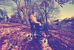 """Квадроцикл для инвалида В коляске """"Проходимец"""", которую Роман Аранин разработал сам, он  ездит и по неровным лесным дорогам, и по пляжному песку"""