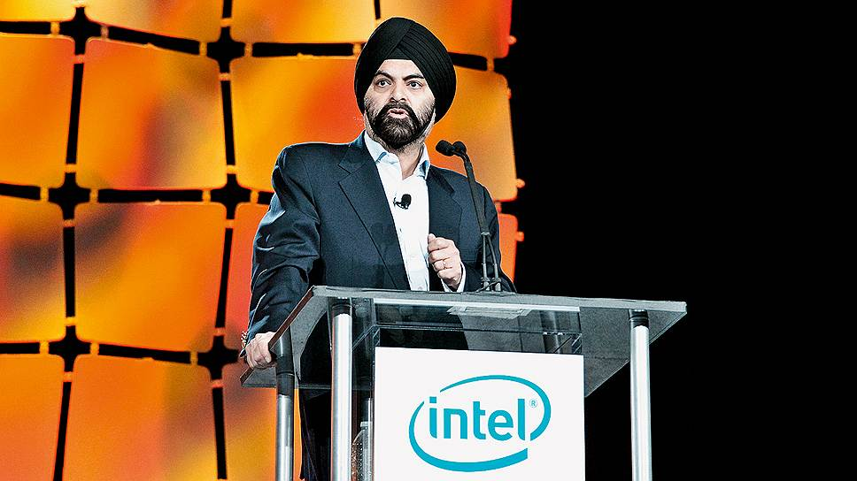 Мастер карт. CEO MasterCard Аджай Банга убеждает участников саммита, что отказ от наличных в пользу электронных денег преобразит торговлю и откроет для Intel новые рынки