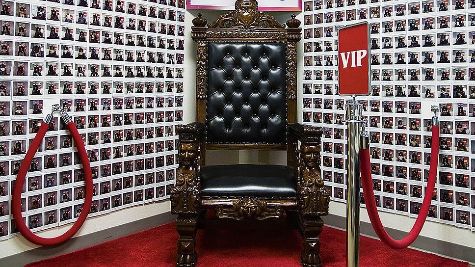 Добро пожаловать. На этом троне сфотографировалась не одна тысяча гостей, приходивших в Zappos на экскурсию