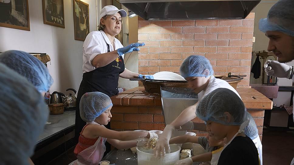 Заезжие сыроделы. На ферме Пьетро Мацца туристы могут не только попробовать сыр, но и приготовить его