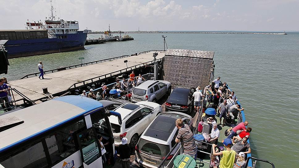 Берег левый, берег правый. Российские автомобилисты добираются в Крым на пароме, идущем из порта Кавказ в Краснодарском крае в Керчь