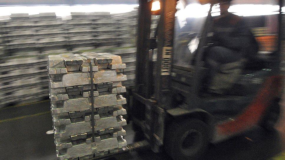 Еще прошлой осенью кто-то цинично пошутил, что скопившиеся в мире товарные запасы алюминия позволили бы остановиться всей мировой алюминиевой отрасли на целый квартал незаметно для потребителей. С тех пор в индустрии мало что изменилось