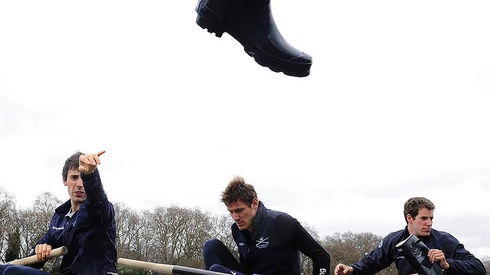 Студенты университета Оксфорда готовятся к традиционным соревнованиям по гребле с коллегами из Кембриджа
