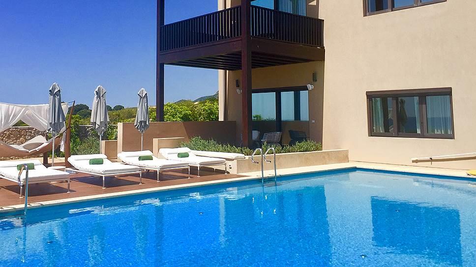 В высокий сезон стоимость аренды виллы на первой линии составляет €15 тысяч в сутки