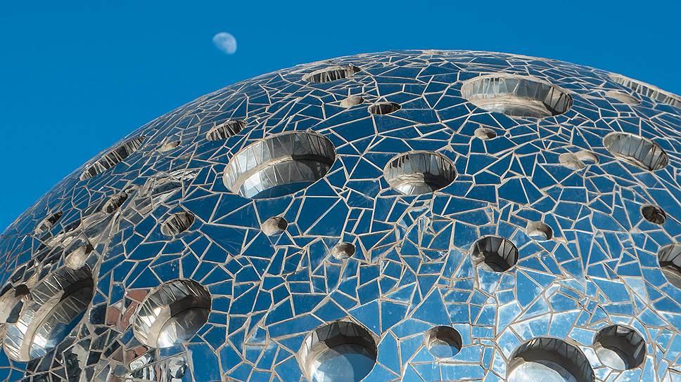 Арт-объект «Луна» на территории жилого комплекса «Сердце cтолицы»