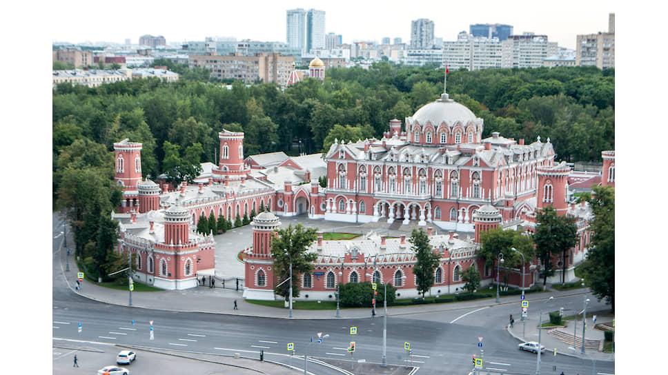 Вид на Петровский путевой дворец из ЖК «Искра-Парк»